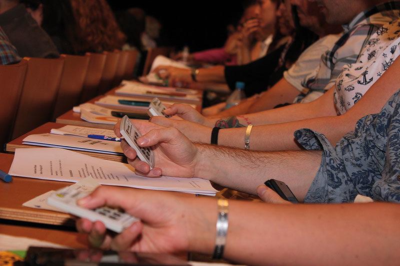 Votació de socis a l'Assamblea de l'Abacus