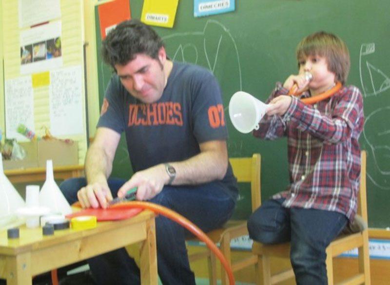 Pare i fill col·laborant a un projecte d'El Puig, SCCL
